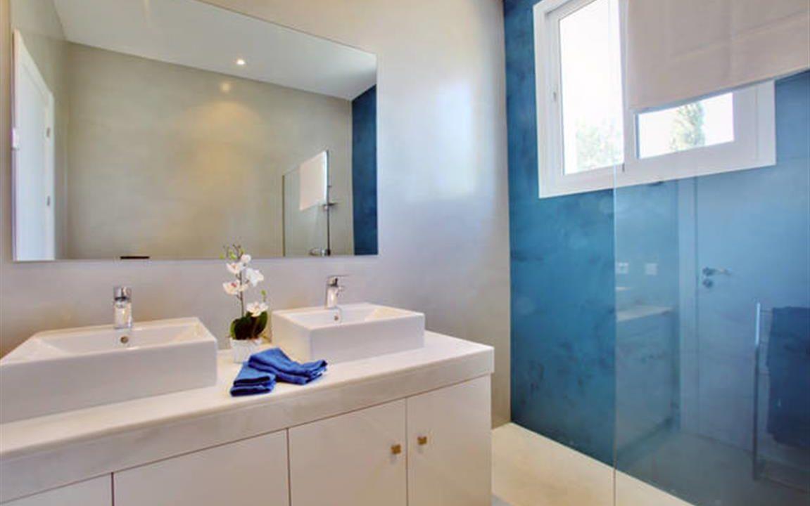 Bathroom 2 (Medium)