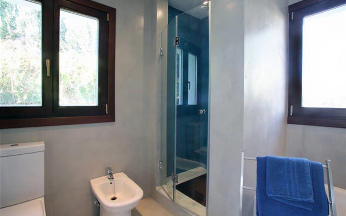 Bathroom 3 (Medium)