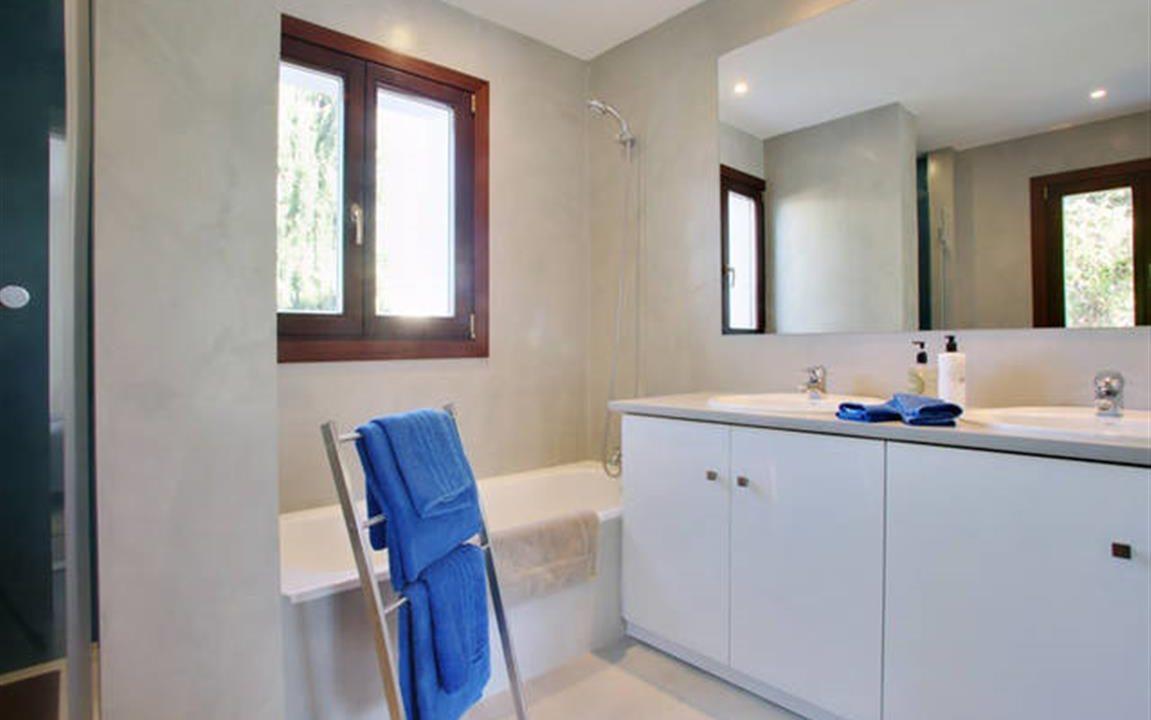 Bathroom 4 (Medium)